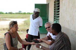 Réunion à Wandié avec enseignant et chef du village